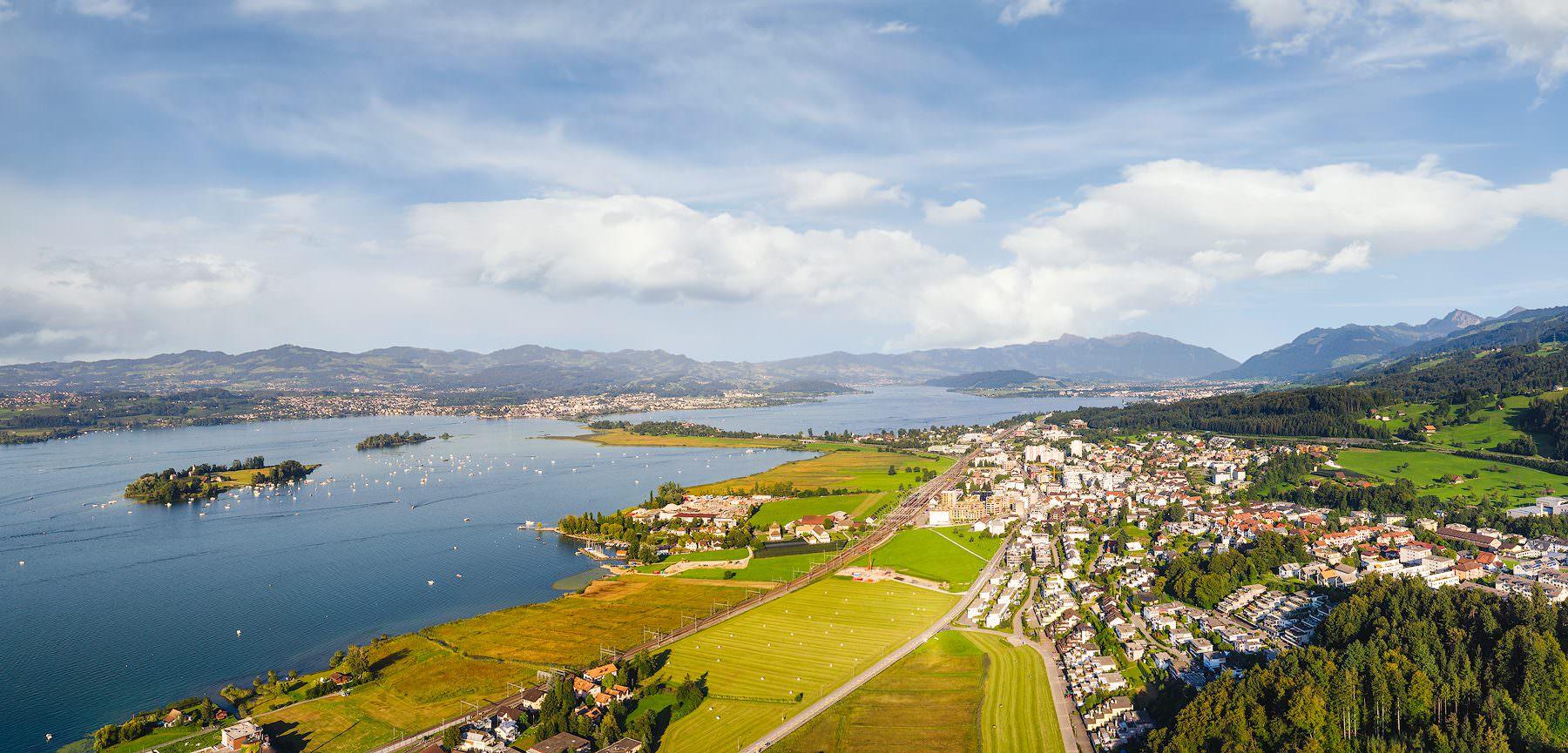 spätsommerliche Luftaufnahme Pfäffikon, Ufenau, Lützelau, Zürichsee, Obersee mit Damm und Rapperswil