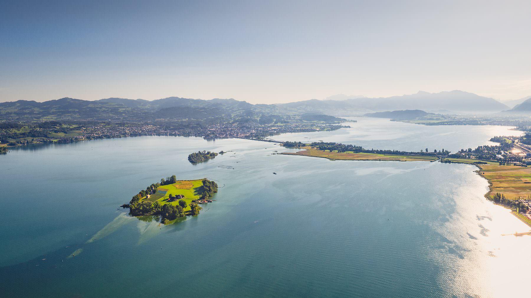 Luftaufnahme mit Drohne: Zürichsee, Lützelau, Ufenau, Damm, Obersee, Rapperswil, Pfäffikon
