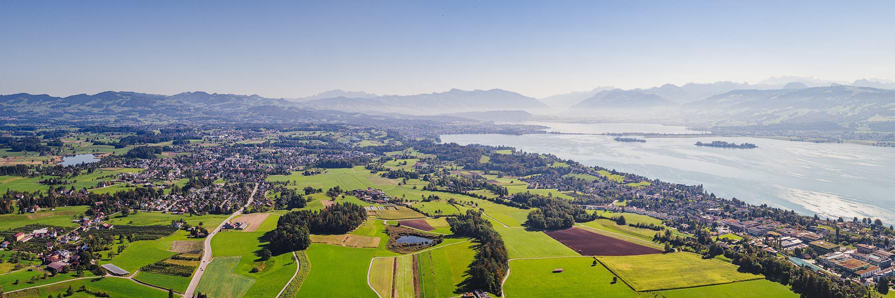 Luftaufnahme mit Blick auf die Linthebene Stäfa, Hombrechtikon, Rapperswil, Obersee, Glarneralpen