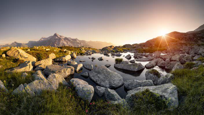 Sonnenaufgang Surettaseen - Blick auf die Grauhörner und Alperschällihorn