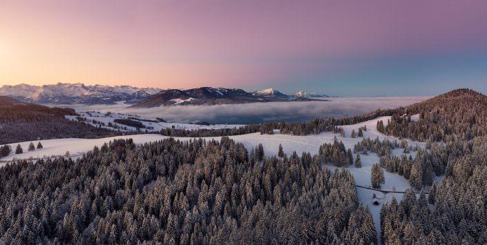 Winterliche Luftaufnahme mit Drohne über Ratenpass mit Blick auf Gottschalkenberg, Pilatus, Rigi und Brunnistock