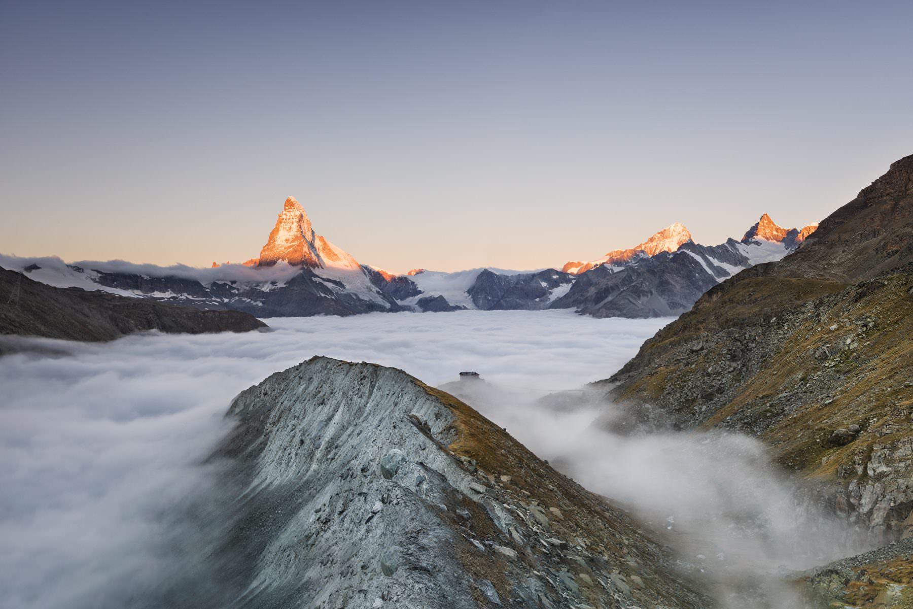 Herbstlicher Sonnenaufgang auf der Fluealp, Zermatt, Valais mit Blick auf die Fluealp und dem Matterhorn