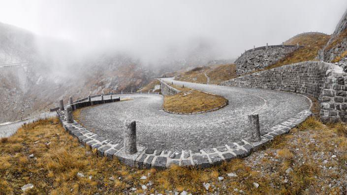 Das längste Strassenbau-Denkmal der Schweiz - die Tremola! Als helles Band schlängelt sie sich von Airolo zum Gotthardpass hinauf. Fotografiert von Air-Shots.ch