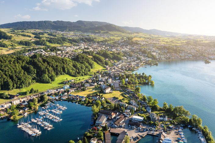 Luftaufnahme mit Helikopter hoch über den Seehafen von Bäch mit Blick auf Wollerau, Richterswil und Schindellegi © by Gerry Pacher