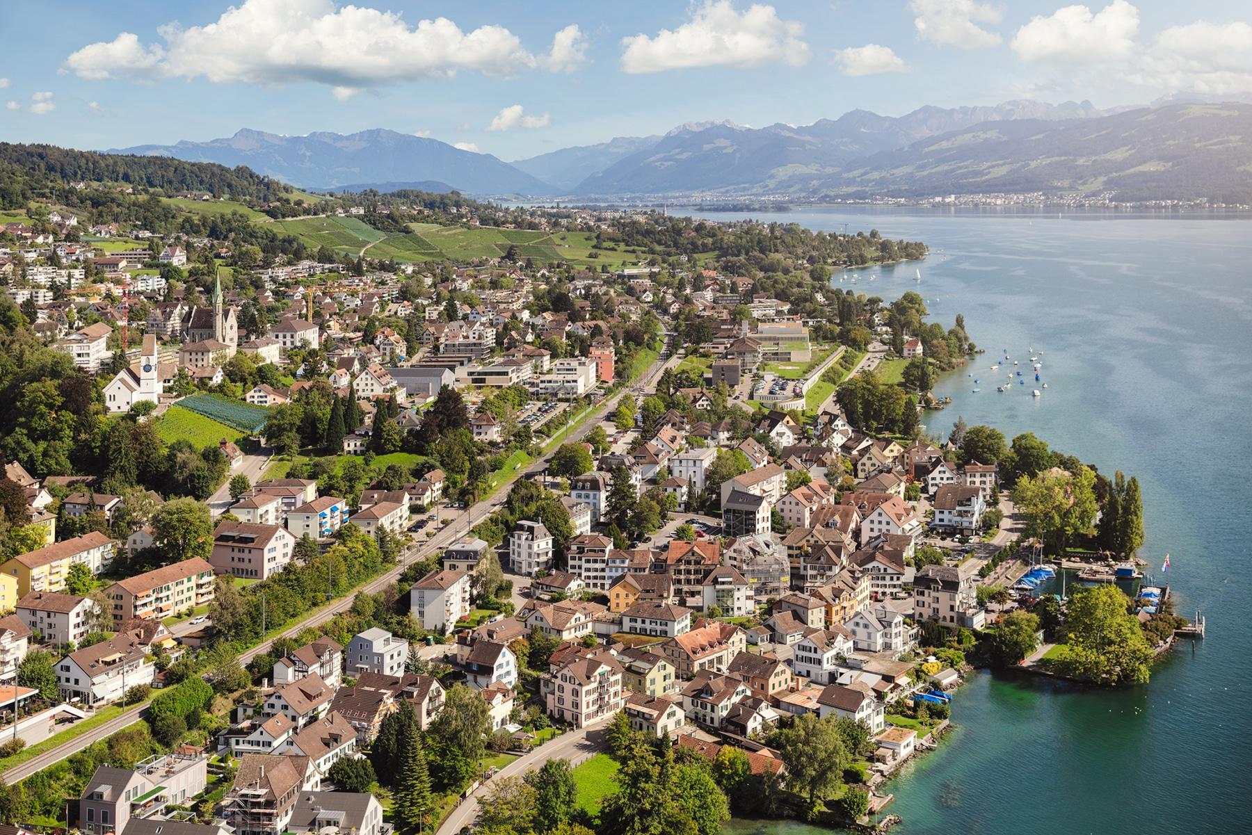 Luftaufnahme mit Helikopter hoch über dem Zürichsee mit Blick auf Männedorf, Stäfa, dem Zürichsee, Pfäffikon, Ufenau, Lützelau und Glarneralpen.