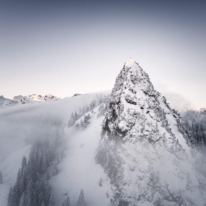 Luftaufnahme Chli Schijen, Ibergeregg, Winter, Schnee, Nebel, Innterschwyz, Schwyz, Farbe