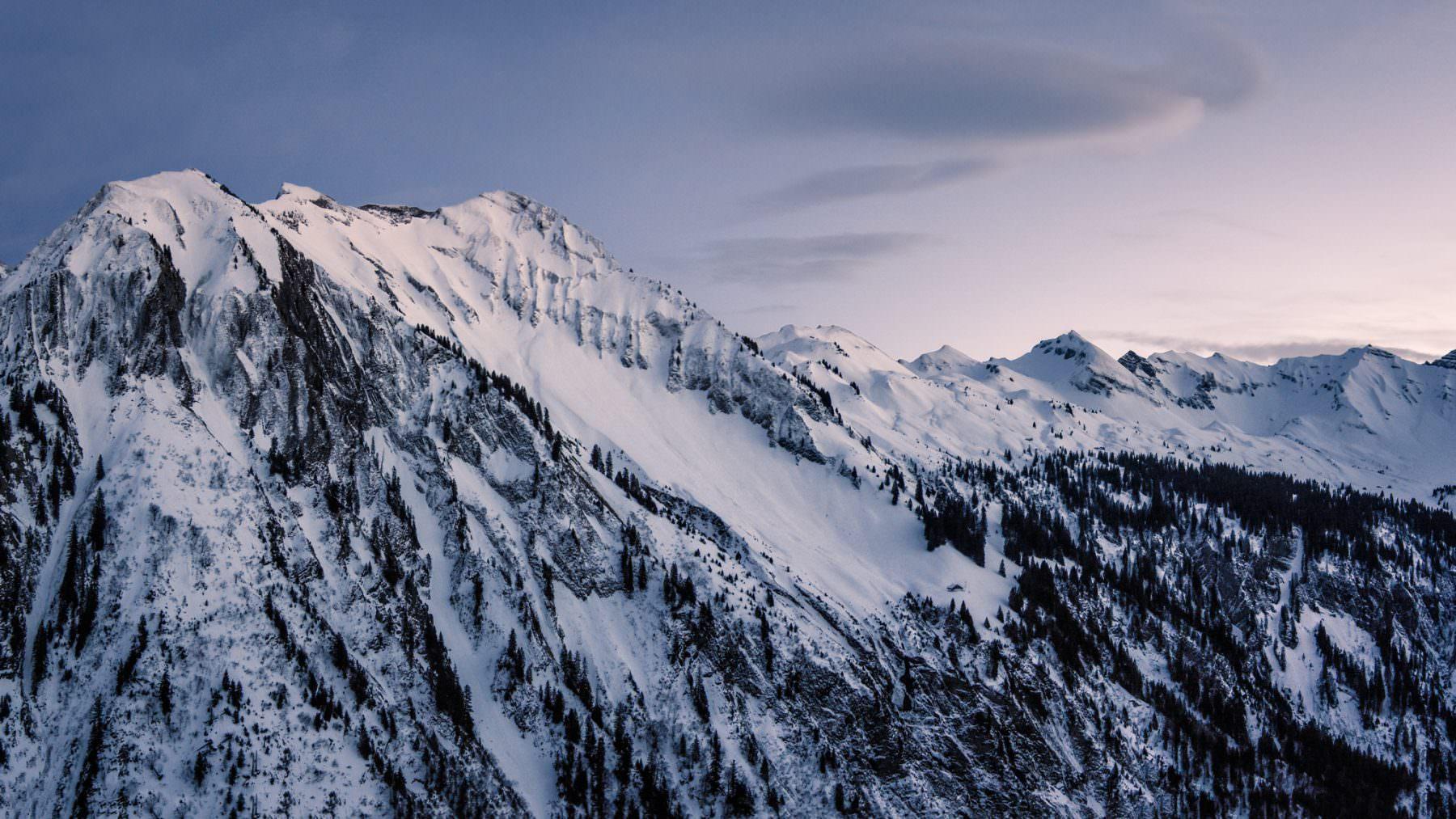 Winterliche Luftaufnahme im Ochsenboden mit Blick auf den Fluebrig, Gantspitz, Wännifirst