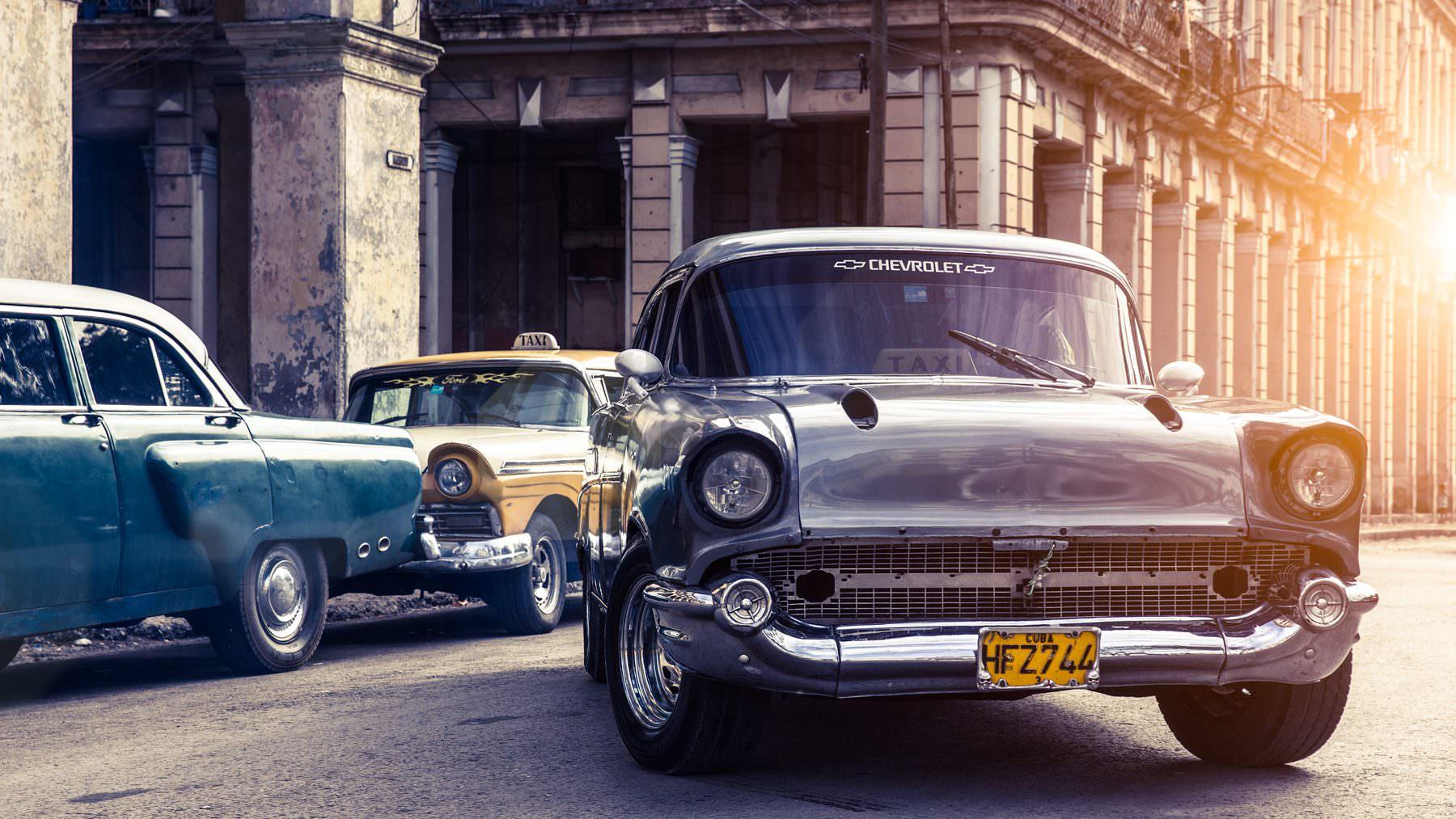 Cuba - Havanna - Habana Vieja - Street Scene with old cars Copyright © by Gerry Pacher