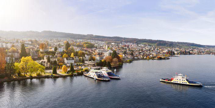 Herbstliche Luftaufnahme der Fähre Horgen / Zürichsee