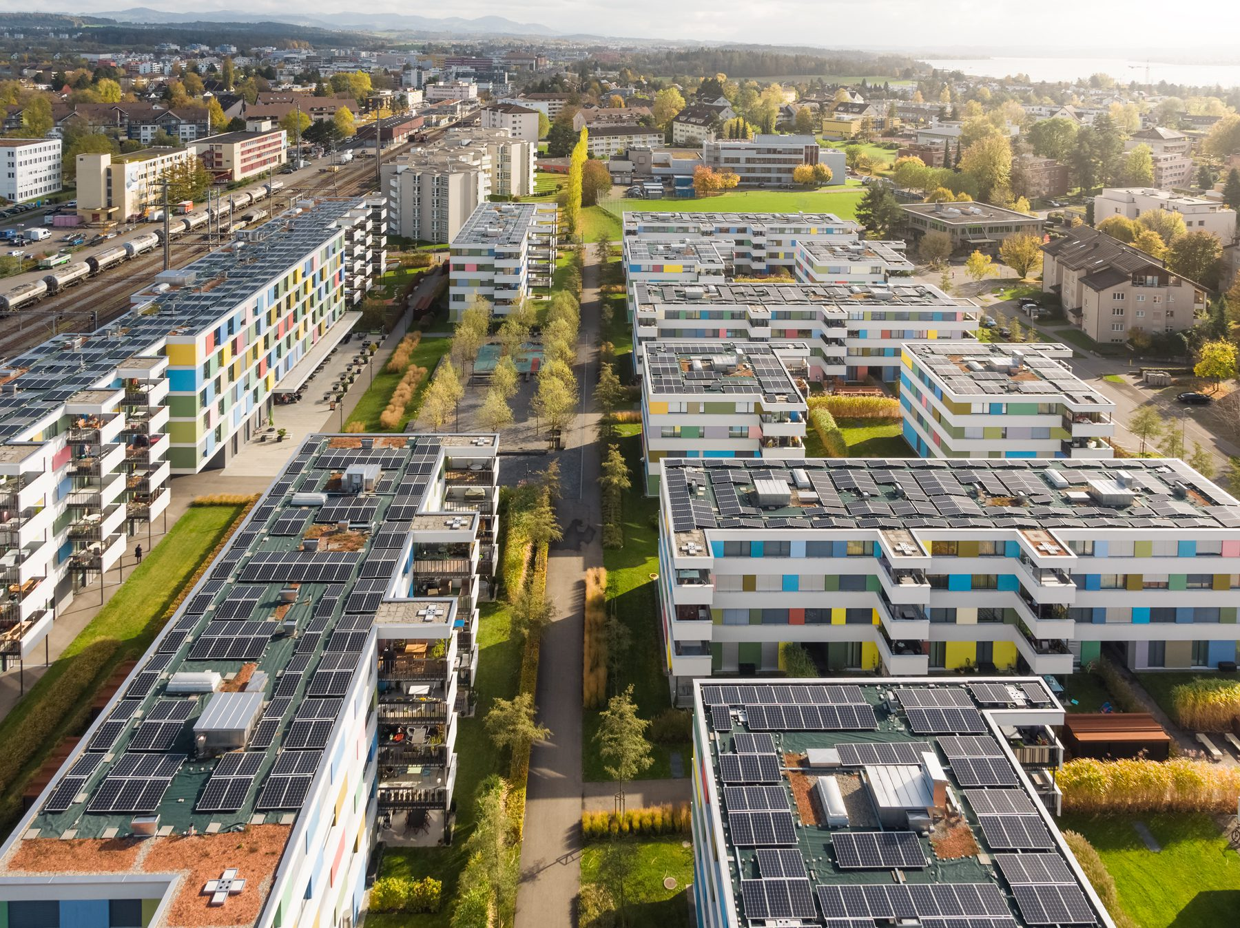 """Herbstliche Luftaufnahme mit Drohne / Wohnungssiedlung """"Im Vieri"""" / Schwerzenbach."""