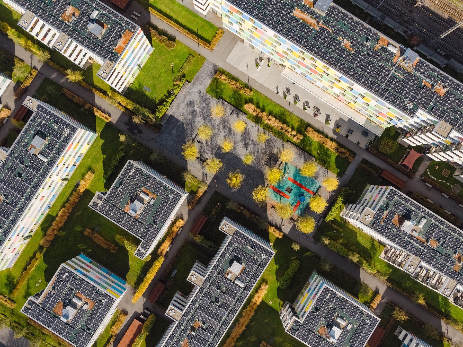 """Herbstliche Luftaufnahme mit Drohne / Wohnungssiedlung """"Im Vieri"""" / Schwerzenbach / Immobilienfotografie."""