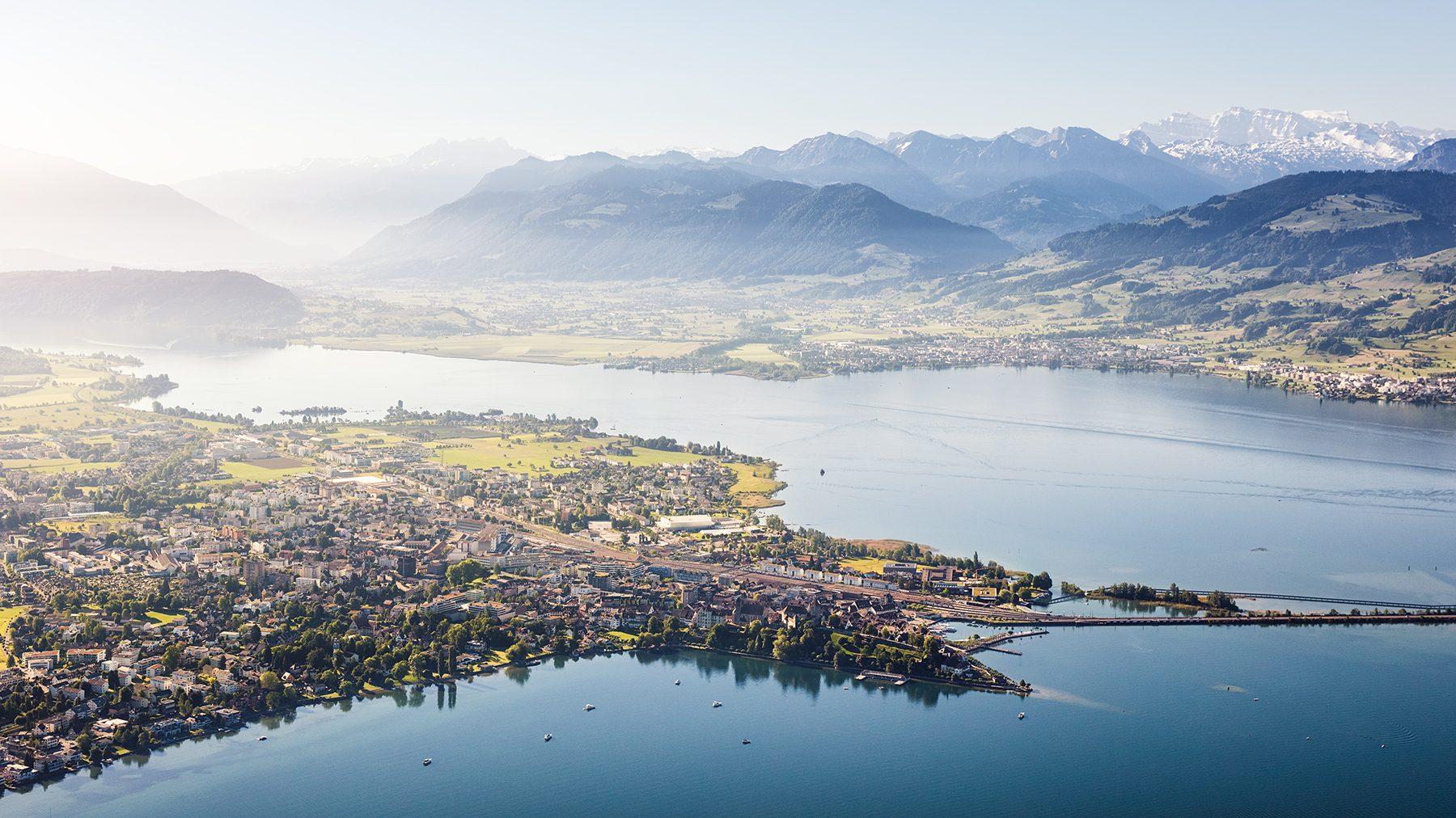 Luftaufnahme mit Helikopter hoch über Rapperswil-Jona mit Blick auf Rapperswil, Schloss, Hafen, Damm, Zürichsee, Obersee, Lachen, Nullen, Linthebene und Glarneralpen © Gerry Pacher