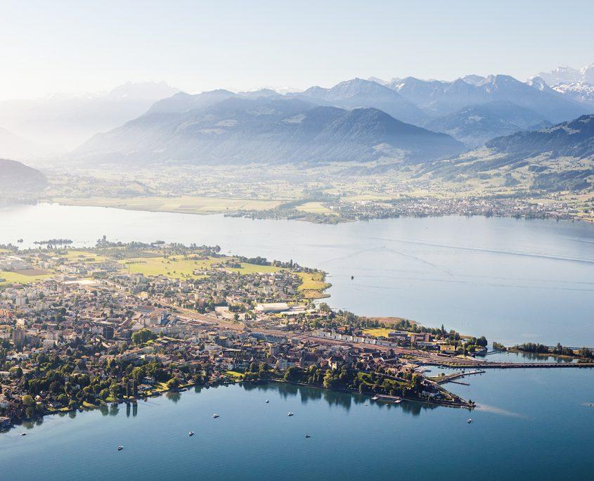 Luftaufnahme mit Helikopter hoch über Rapperswil mit Blick auf Rapperswil, Schloss, Hafen, Damm, Zürichsee, Obersee, Lachen, Nullen, Linthebene und Glarneralpen © Gerry Pacher