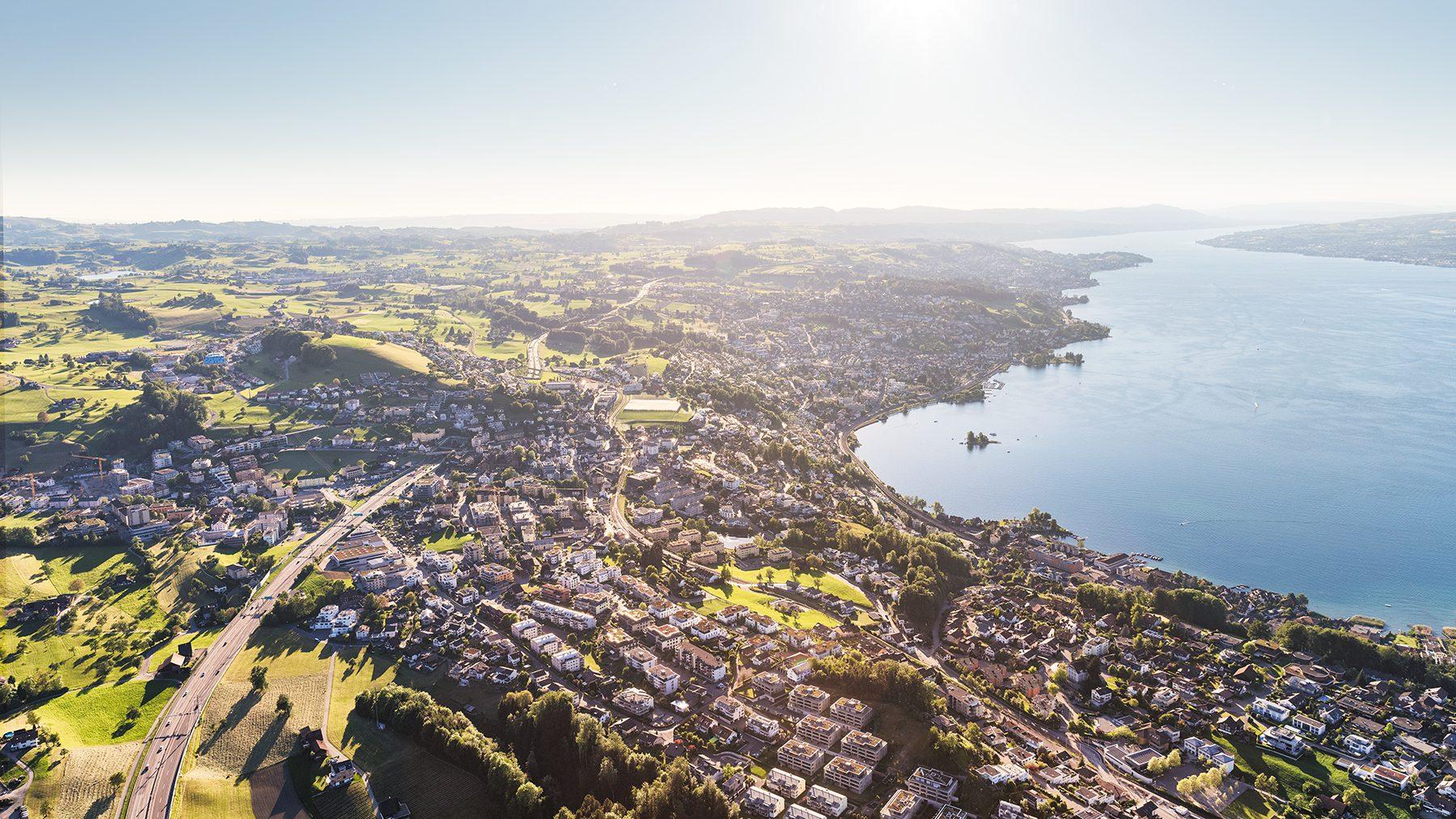 Luftaufnahmen mit Helikopter hoch über Wollerau mit Sicht nach Richterswil, Wädenswil, Halbinsel Au und Zürich. © by Gerry Pacher