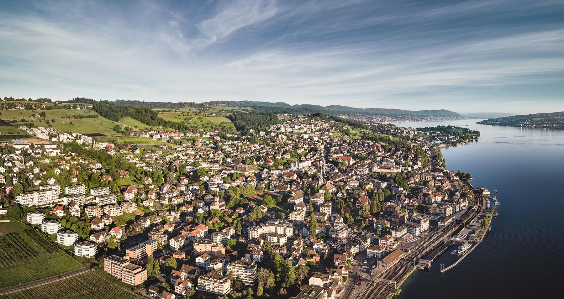 Luftaufnahme von Wädenswil Hafen, Bahnhof, Dorfkern, Schule, Halbinsel Au und den Zürichsee © by Gerry Pacher