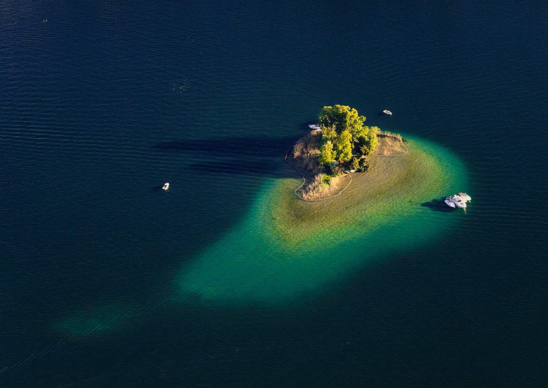 Luftaufnahme mit Helikopter hoch über dem Zürichsee mit Blick auf Insel Schönenwerd © by Gerry Pacher