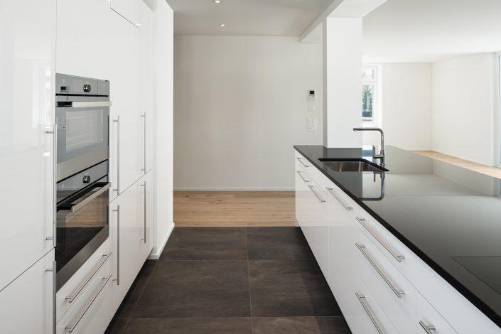 Sanfte Renovation - grosse geräumige und moderne Küche integriert in den Wohnbereich © by Gerry Pacher