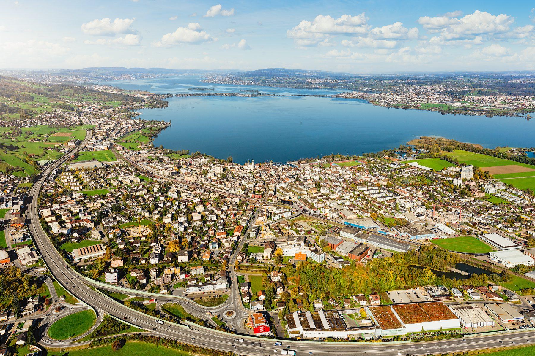Herbstliche Luftaufnahme mit Blick auf Lachen, Aahorn, Obersee, Damm, Rapperswil-Jona, Zürichsee und Altendorf