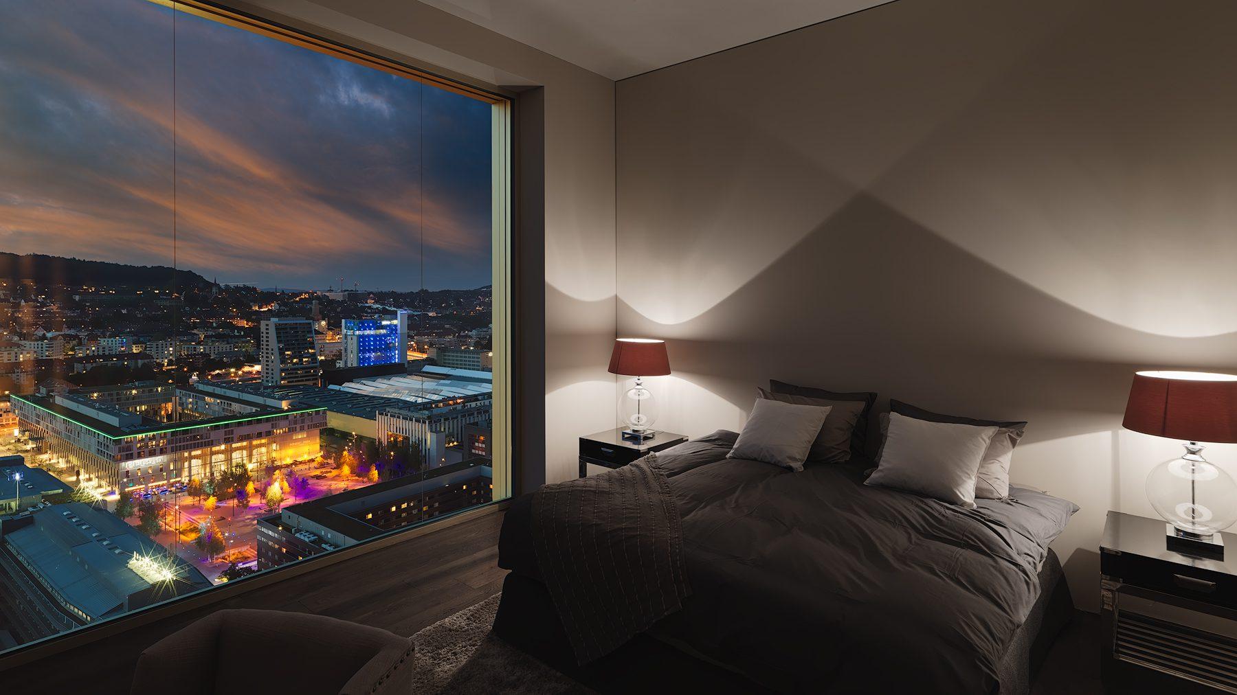 Interior Photography - Innenarchitektur - Masterbedroom mit Aussicht auf das Nachtleben von Zürich