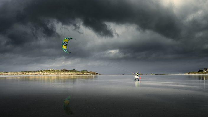 France - Bretagne - Sturm zieht auf - perfekter Moment für den Kitesurfen - The Thunderstorm Chaser