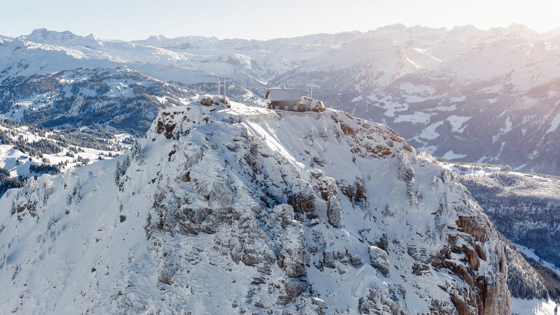 Luftaufnahme mit Helikopter / Grosser Mythen / Hütte im Winterschlaf