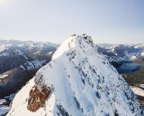 Luftaufnahme Grosser Mythen mit Hütte