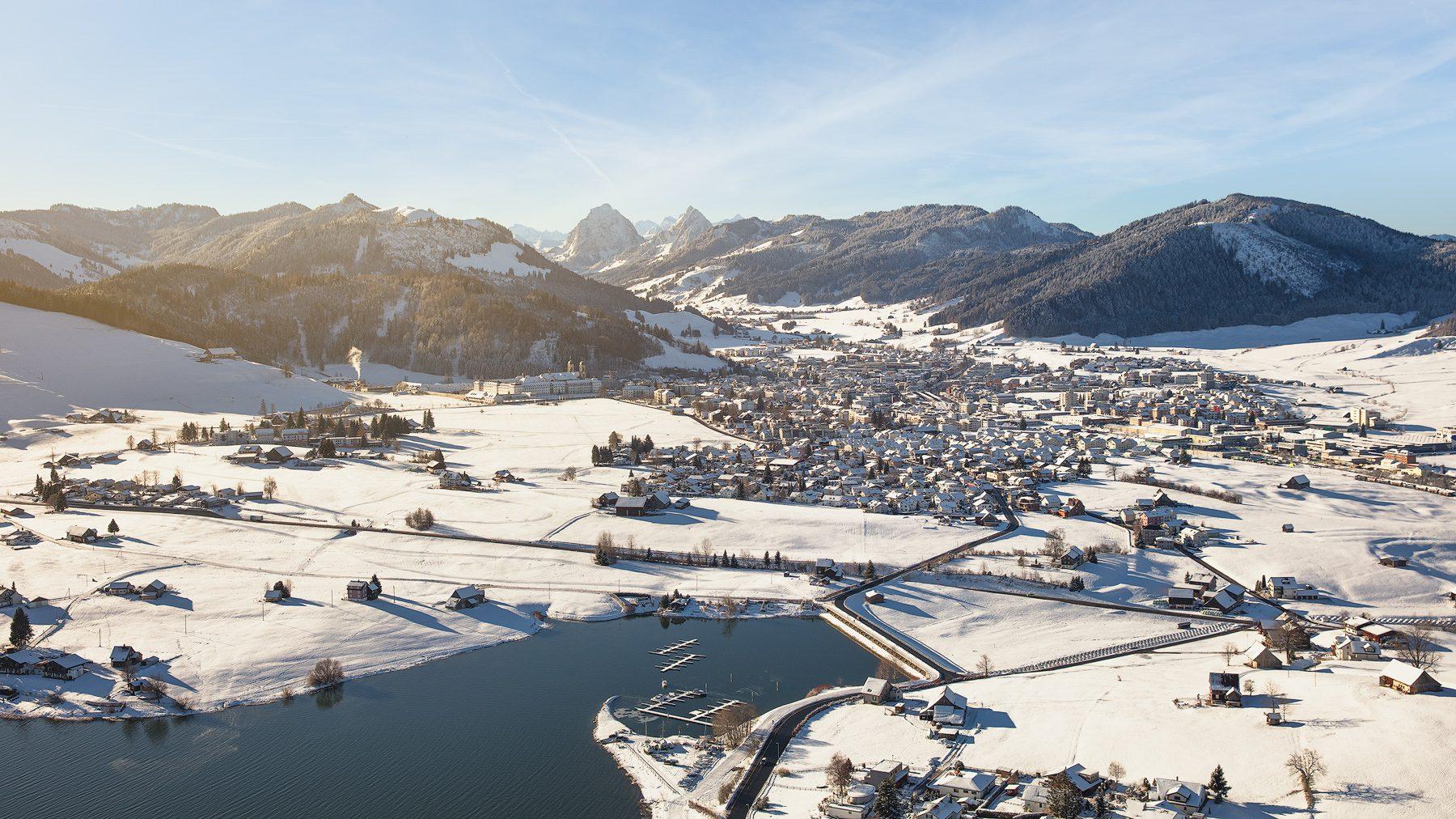winterliche Luftaufnahme mit Helikopter Blick nach Einsiedeln und Mythen
