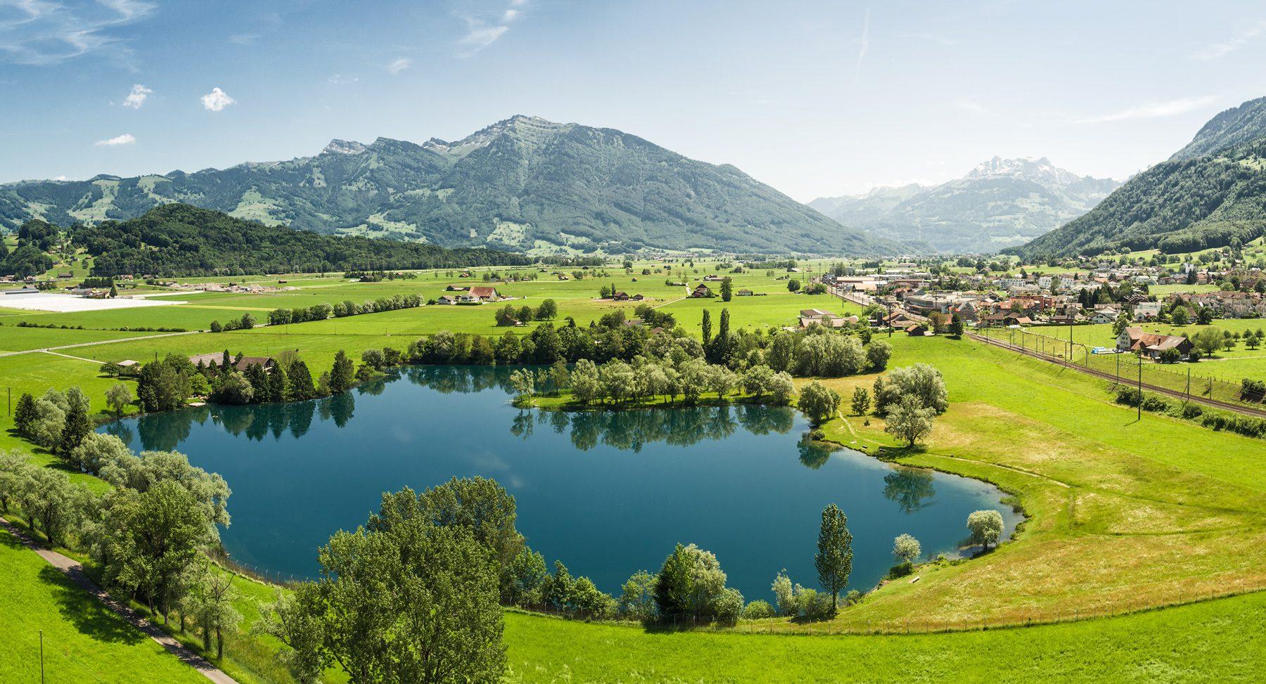 Luftaufnahme Schwyz, Lachen, Reichenburg, Hirschlensee mit Blick ins Glarnerland und auf den Federispitz, Chüemettler, Speer