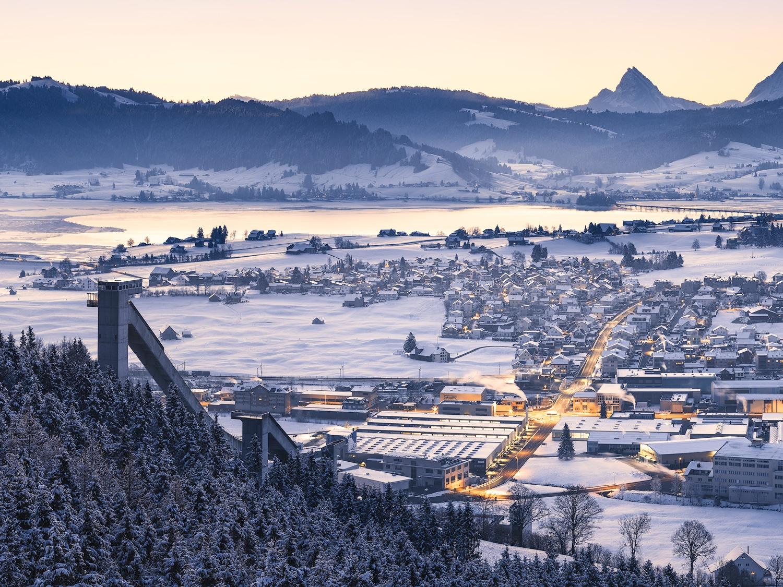 Winterlicher Sonnenaufgang in Einsiedeln mit blick auf die Schanze, Milch Manufaktur Einsiedeln, Sihlsee, Willerzell und Chöpfler