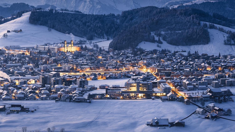 Winterlicher Sonnenaufgang in Einsiedeln - Spital Einsiedeln und Kloster Einsiedeln