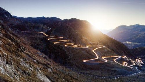 Sonnenaufgang am Gotthard - historische Passstrasse Tremola beleuchtet durch die Lichter von Autos