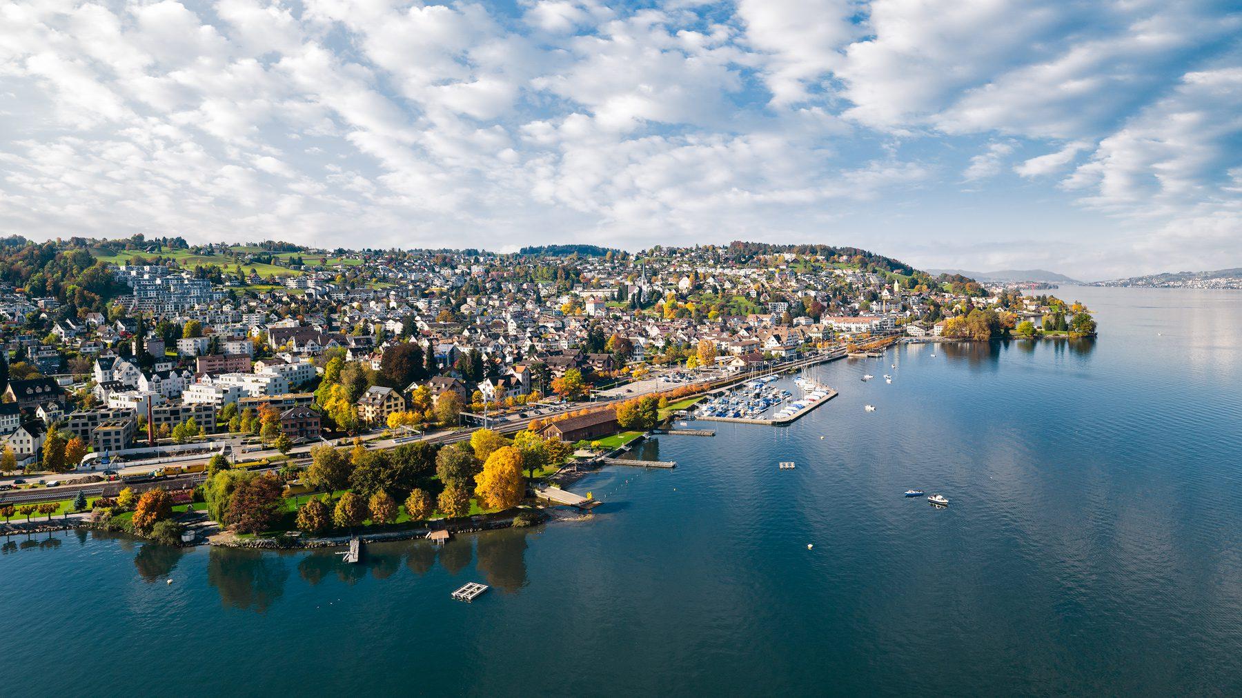 Luftaufnahme mit Drohne hoch über dem Zürichsee mit Blick auf Richterswil, Bad, Hafen, Bahnhof, Horn, Altschloss, Zürich