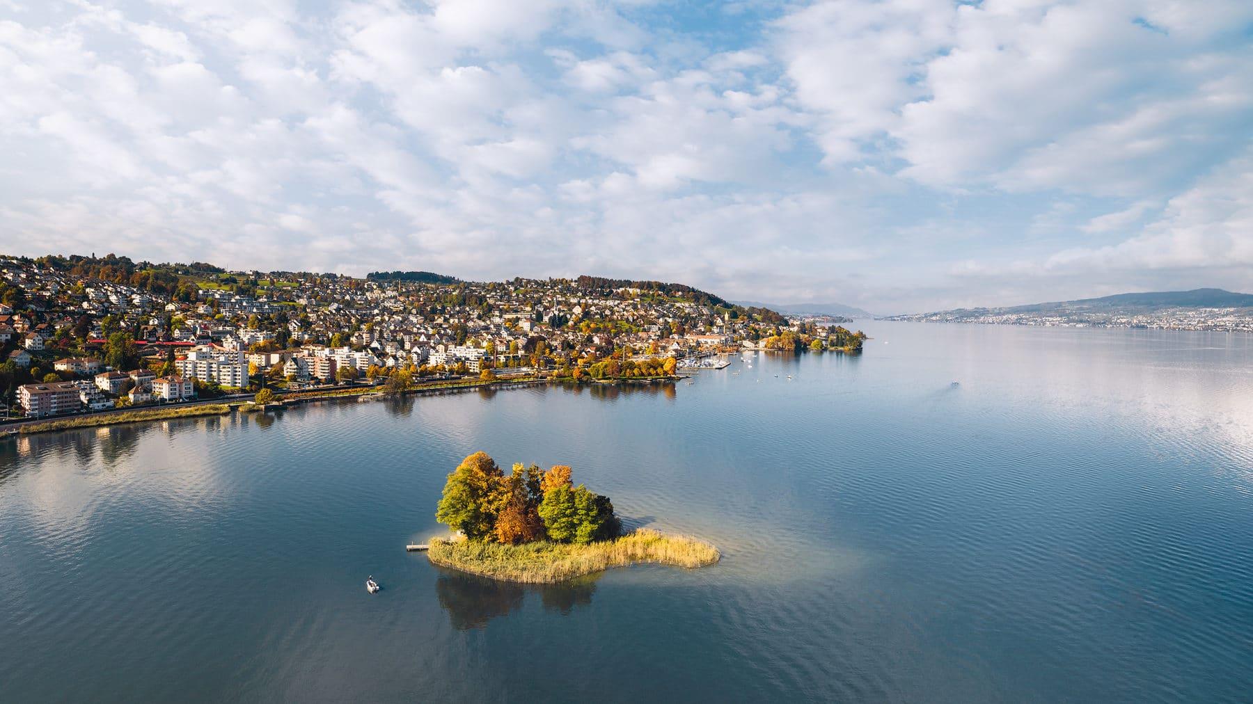 Luftaufnahme - Richterswil - Insel Schönenwirt - Zürichsee Blick nach Zürich