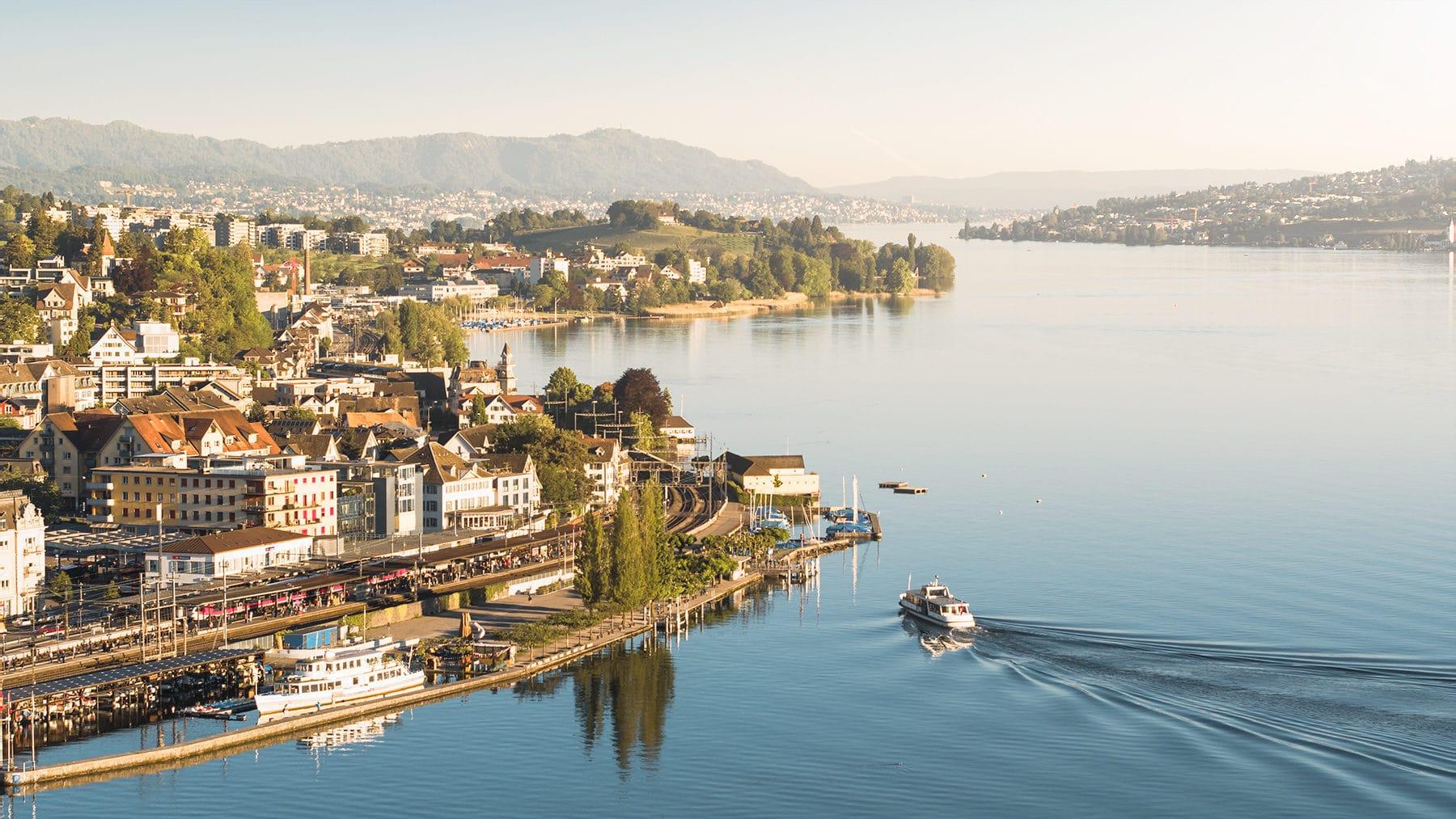 Luftaufnahme - Wädenswil, Bahnhof, Hafen mit Blick nach Zürich