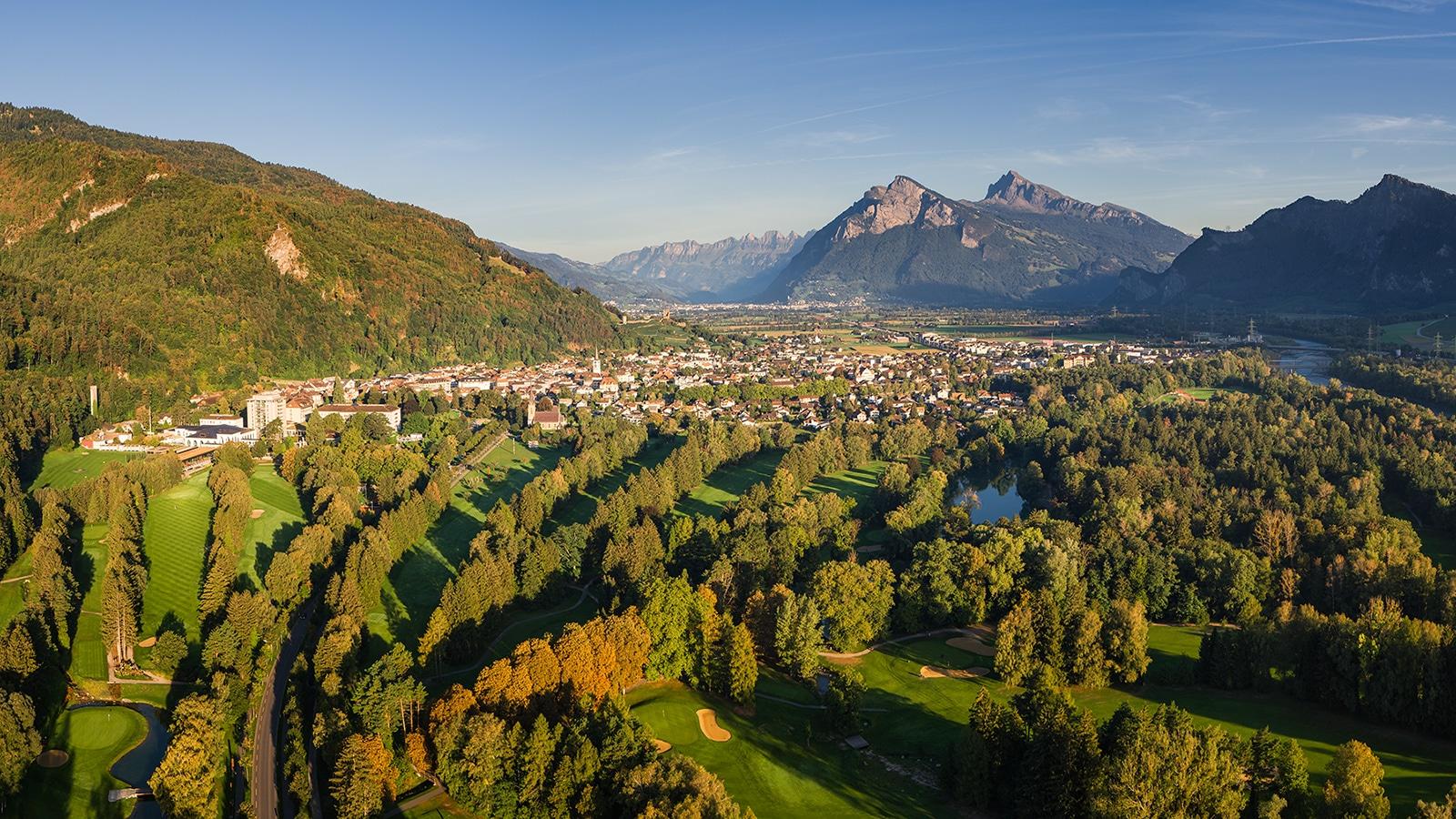 Luftaufnahme - Bad Ragaz im Morgenlicht mit Blick auf die Stadt und den Golfplatz