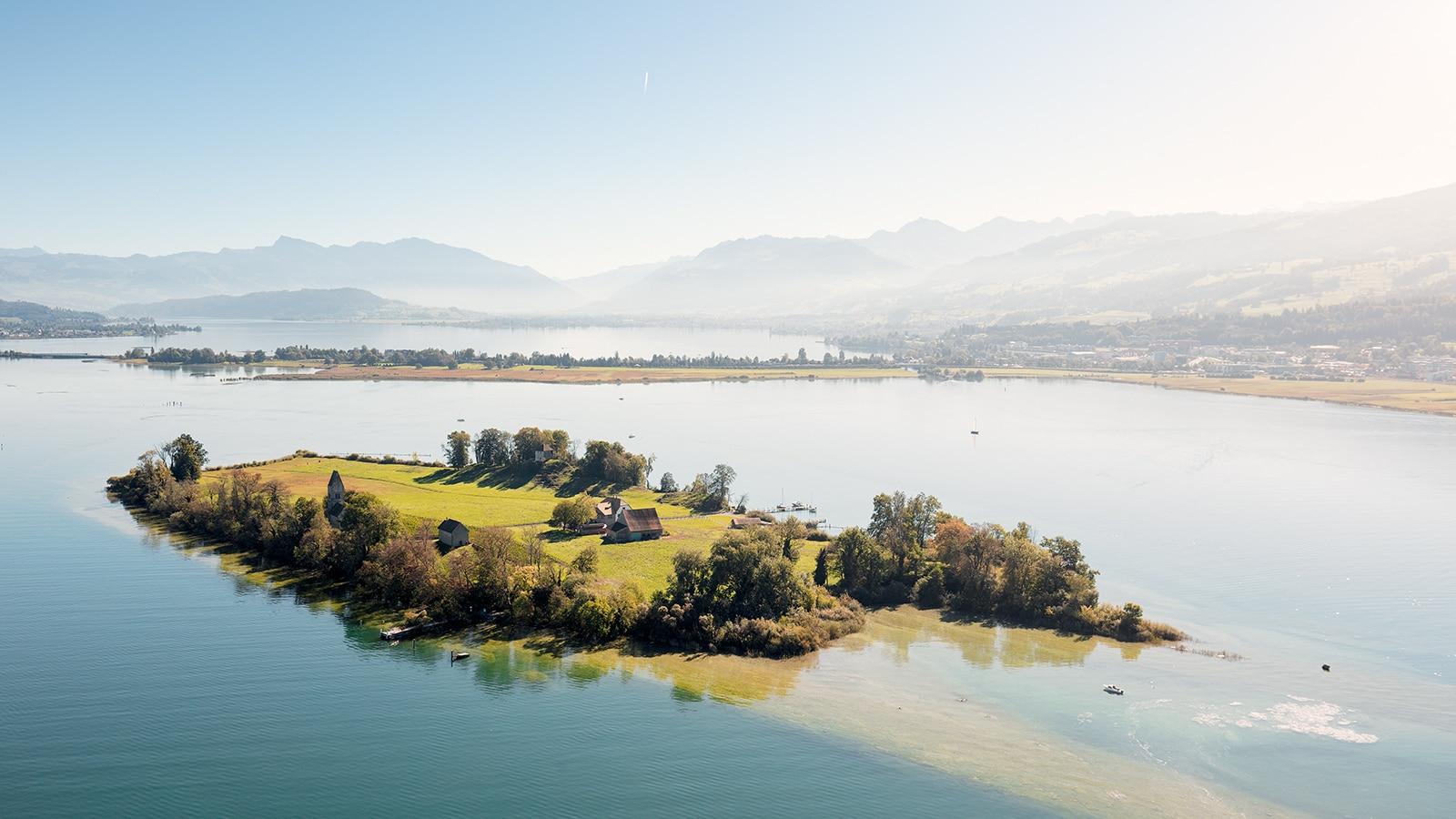 Luftaufnahme mit Helikopter: Blick auf Ufenau, Zürichsee, Obersee, Damm, Pfäffikon, Lachen, Glarneralpen, Federispitz, Speer