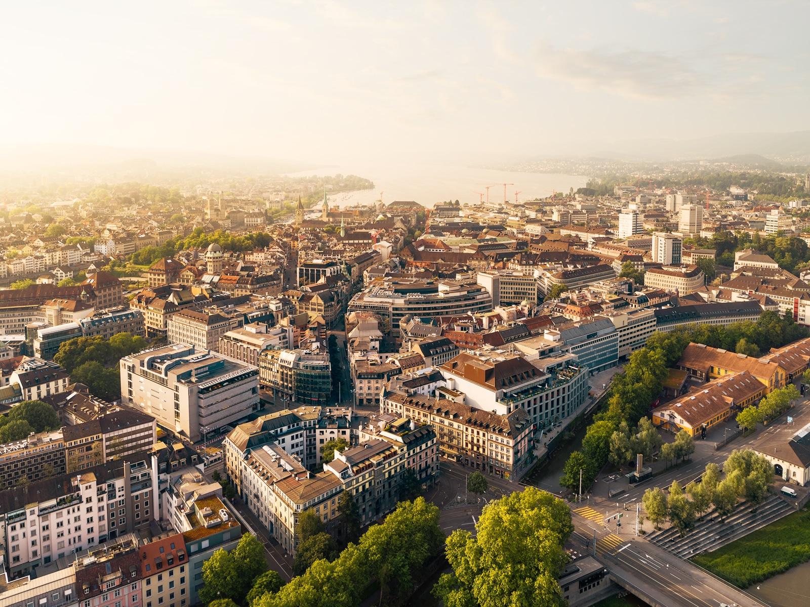 Luftaufnahme mit Drohne - Blick auf Zürich, Gessnerallee, Reithalle, Löwenplatz, Seebecken