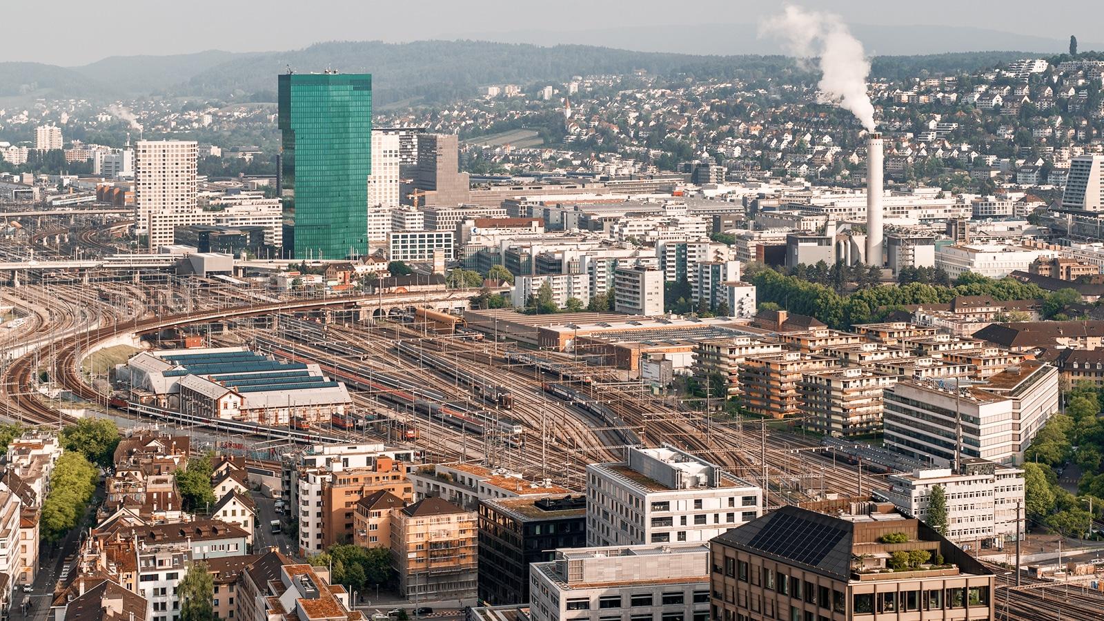 Luftaufnahme mit Drohne. Blick auf SBB Geleise und Züri West