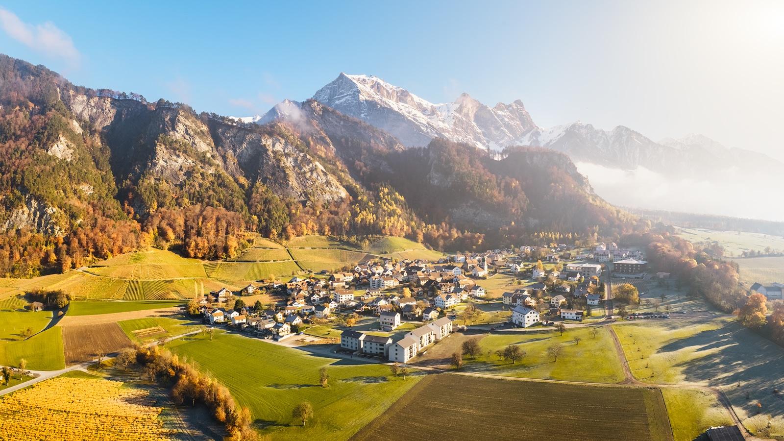 Das verträumte Dorf Fläsch/Graubünden im herbstlichen Morgenlicht