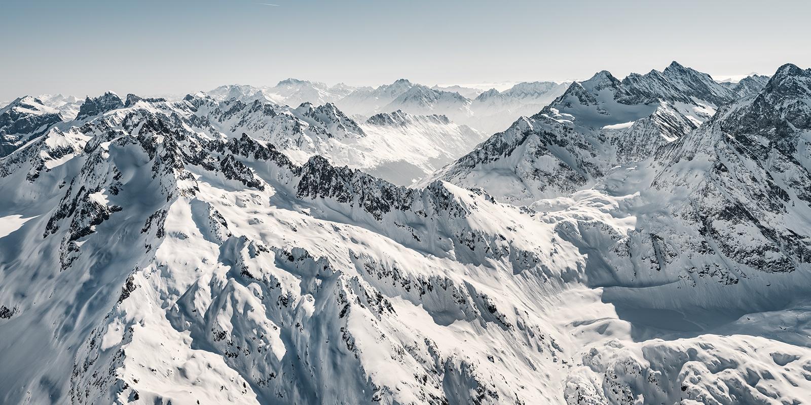 winterliche Luftaufnahme mit Helikopter der Region Sustenpass Fünfingerstöck - frischer Schnee - Gerry Pacher