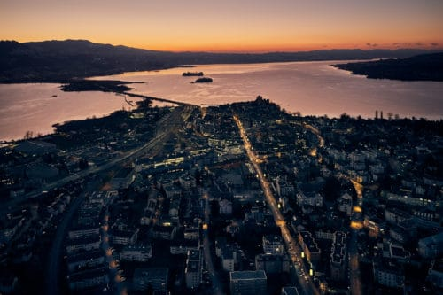 nächtliche Stimmung hoch über Rapperswil mit Blick auf den Zürichsee, dem Damm und die Inseln Ufenau, Lützelau