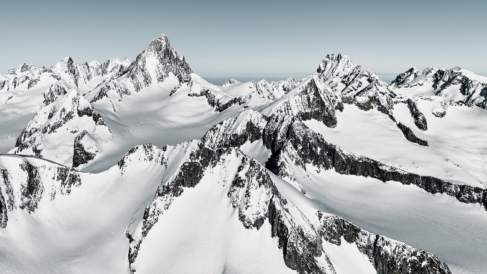 Finsteraarhorn im Winter mit Blick auf Oberaarrothorn, Agassiszhorn, Oberaarhorn, Finsteraargletscher, Fieschergletscher, Lauteraarhorn, Schreckhorn, Lauteraargletscher