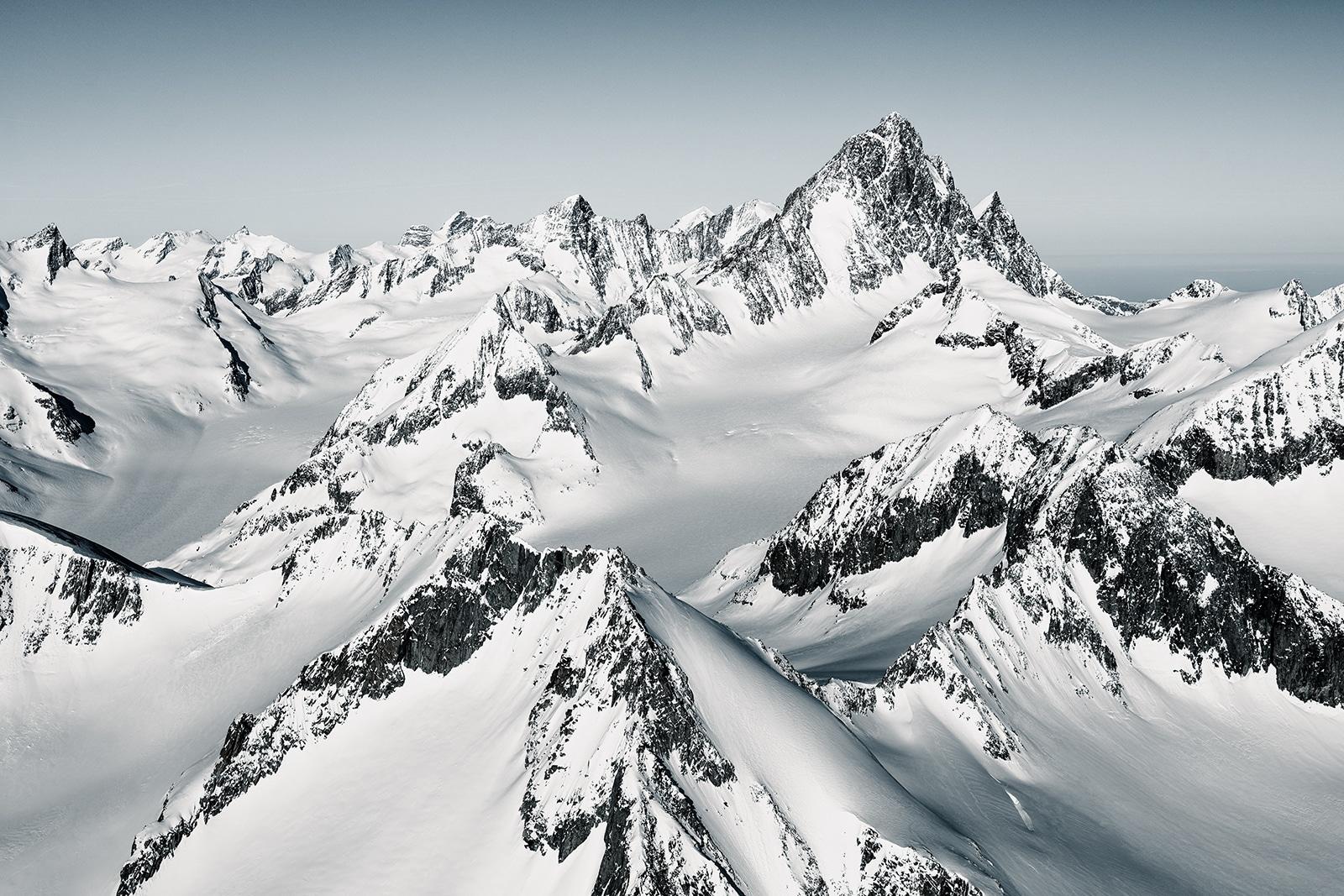 winterliche Luftaufnahme mit Helikopter - Finsteraarhorn im Winter mit Blick auf Oberaarrothorn, Agassiszhorn, Oberaarhorn, Finsteraargletscher, Fieschergletscher, Grünhorn, Mönch