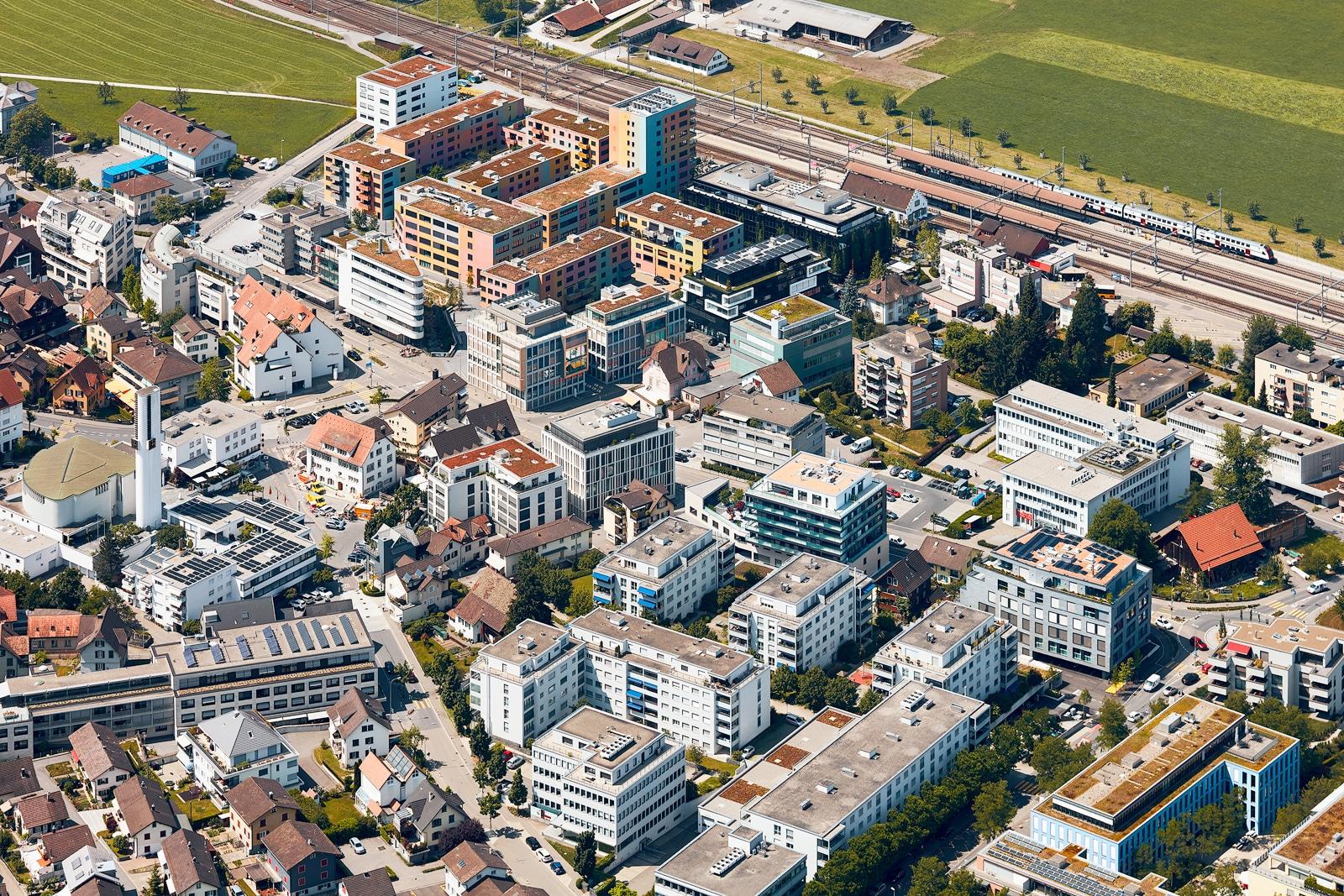 Luftaufnahme Dorfkern Pfäffikon Schwyz mit Blick auf Central Gate, Stadelhofen, Churerstrasse, Bahnhof