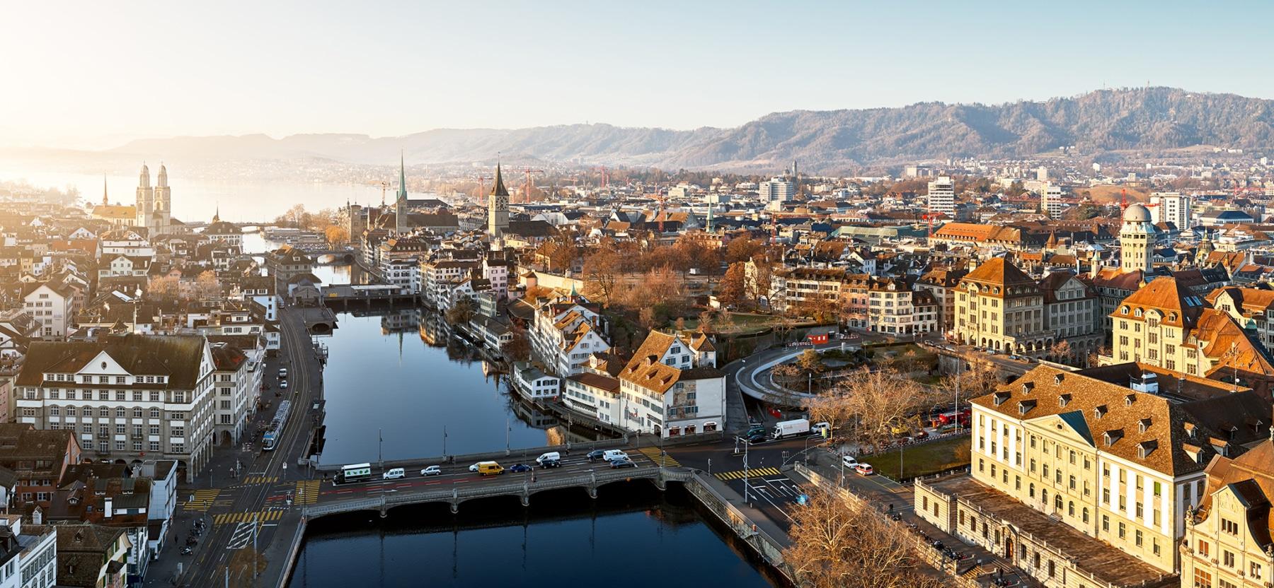 Luftaufnahme Stadt Zürich - Rudolf-Brun-Brücke, Urania, Rathausbrücke, Münsterbrücke, Quaibrücke, Zürichsee - max 15000px
