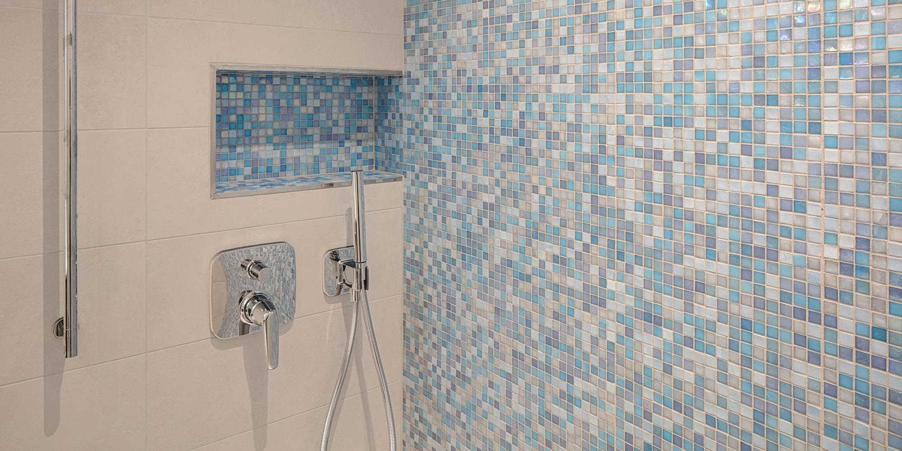 Bäder - Bad-Ansichten - blaues Mosaik -Dusche