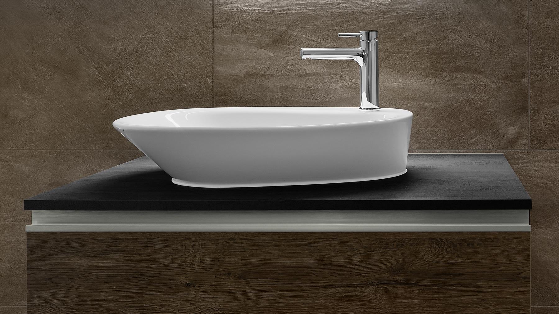 Erdtöne im Gästebad mit asymmetrischen Lavabo / Waschbecken und Altholz Badmöbel