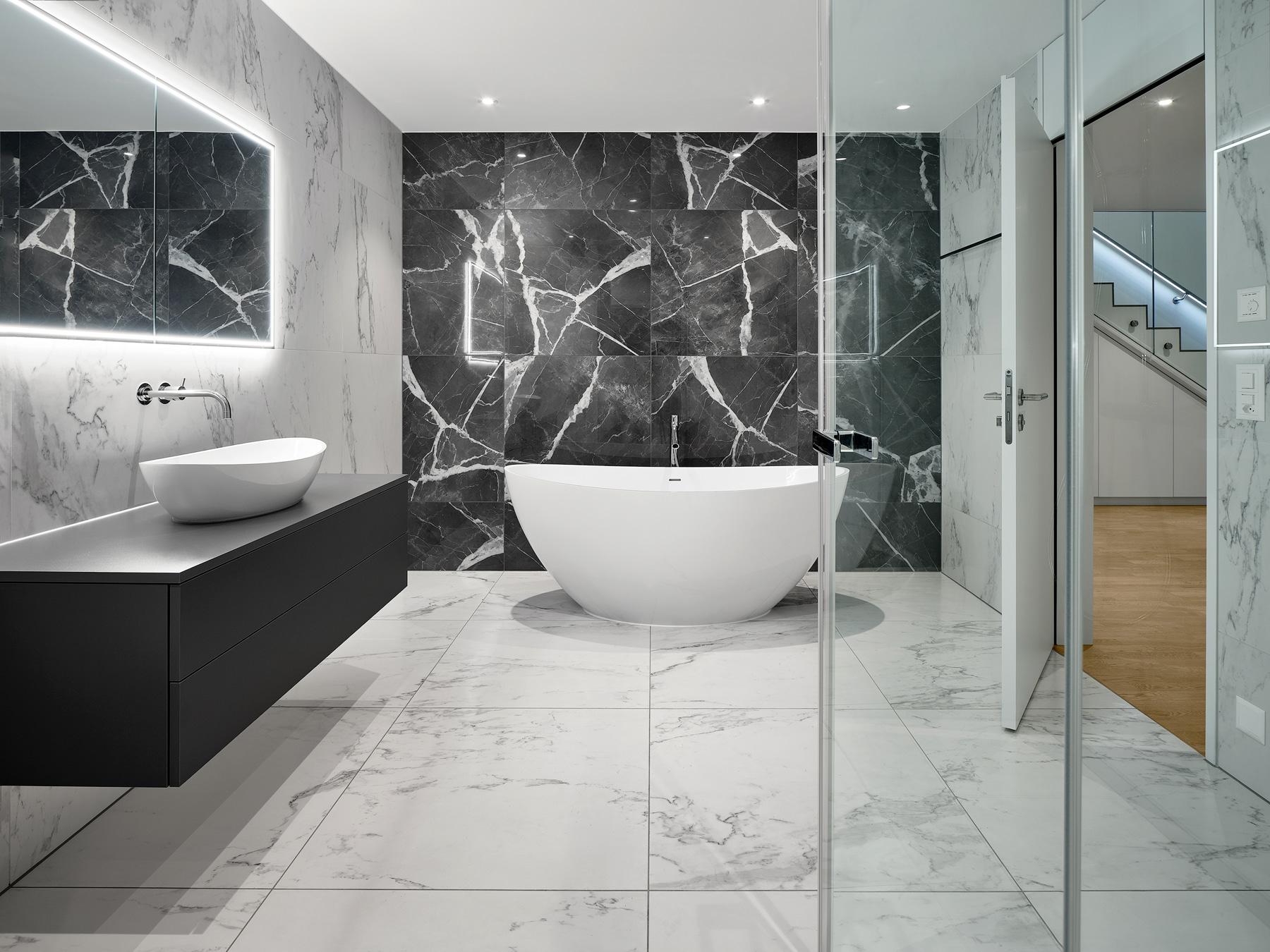 Masterbad in Schwarz/Weiss mit ovaler freistehender Badewanne