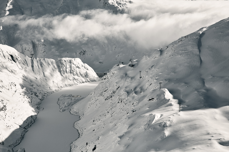 Grimselsee mit Staumauer im Winter