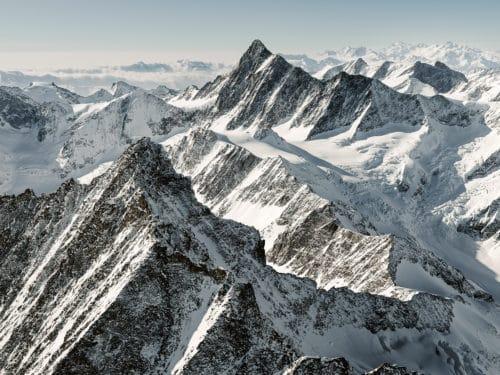 Swiss Mountain Peaks: Über dem Lauteraarhorn mit Blick auf das Finsteraarhorn mit dem Agassizhorn